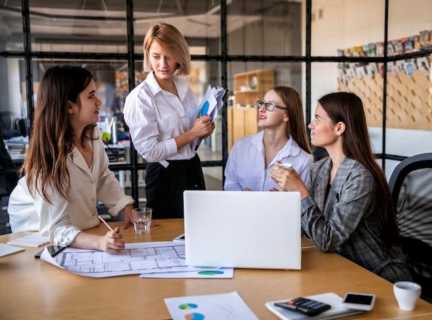 Mujeres de alto ángulo trabajando en reunión