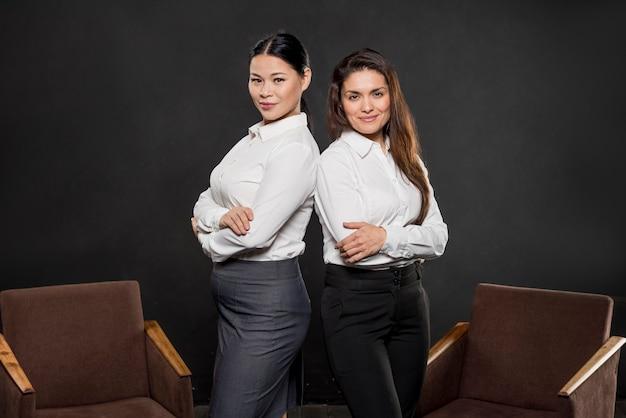 Mujeres de alto ángulo en trajes formales