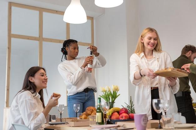 Mujeres de ángulo bajo almorzando en casa