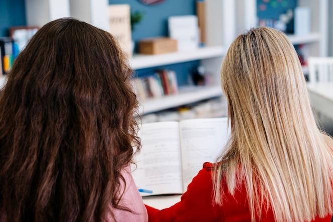 Mujeres anónimas que estudian en la biblioteca
