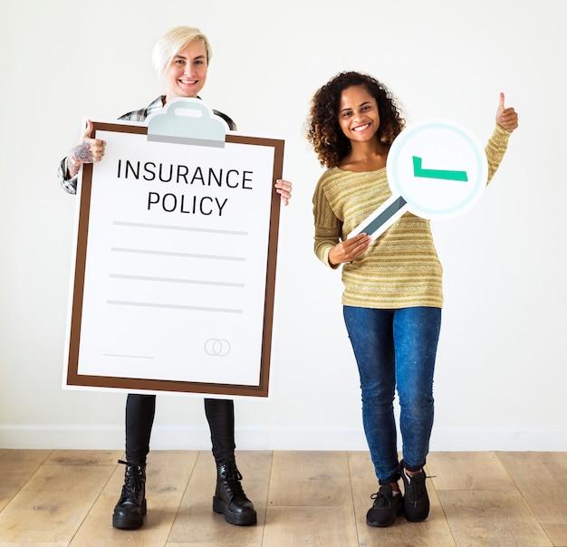 Mujeres con artes de papel de pólizas de seguros