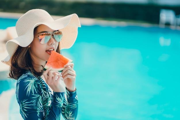 Mujeres asain con bikini disfrutan de las vacaciones de verano.