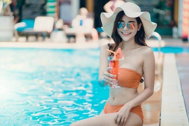 Las mujeres de asain con bikini disfrutan de unas vacaciones de verano.