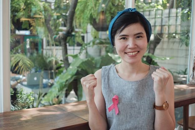 Mujeres asiáticas con cinta rosa, conciencia del cáncer de mama, octubre rosa