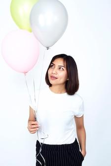 Mujeres asiáticas con globos de colores