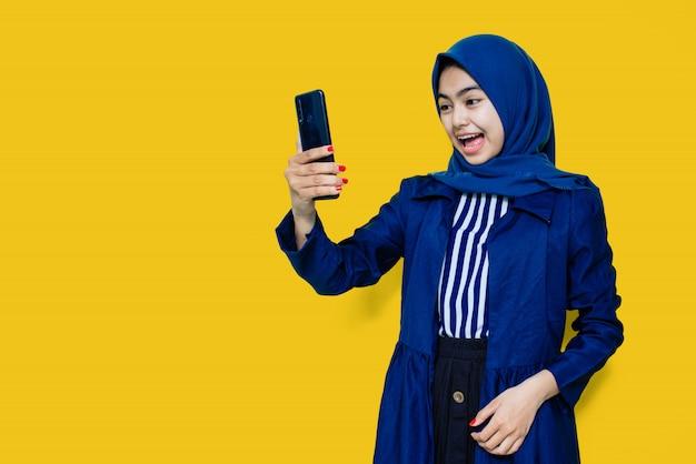 Mujeres asiáticas conmocionadas ven teléfono