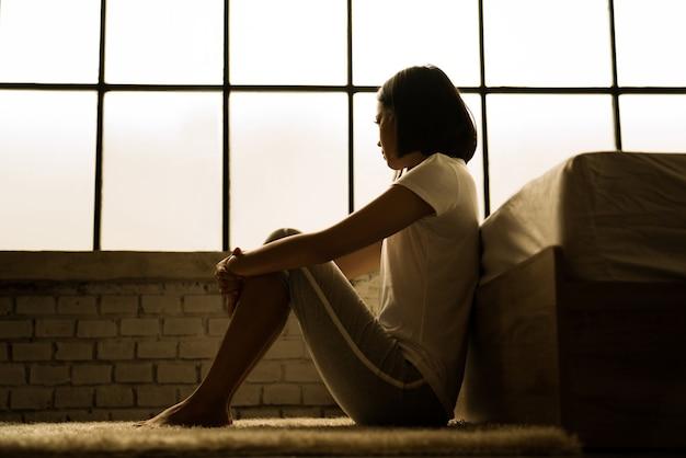 Las mujeres asiáticas ella está sola y se siente sola