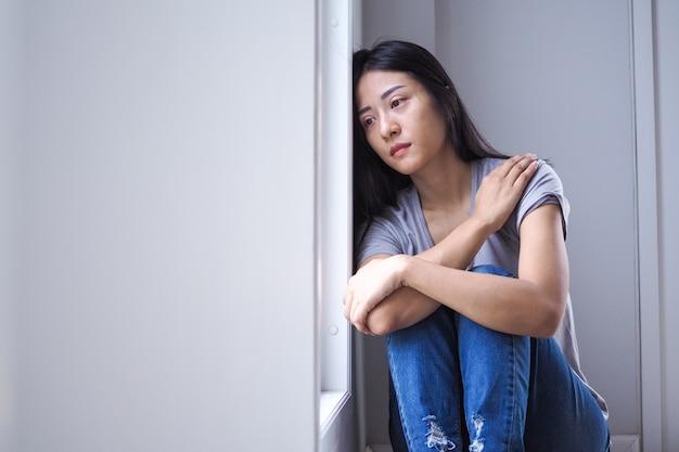 Mujeres asiáticas con enfermedades mentales, ansiedad, alucinaciones, caídas mentales.