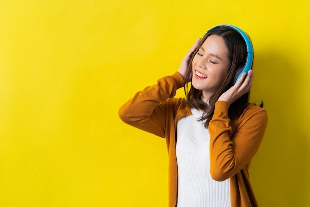 Mujeres asiáticas escuchando musica