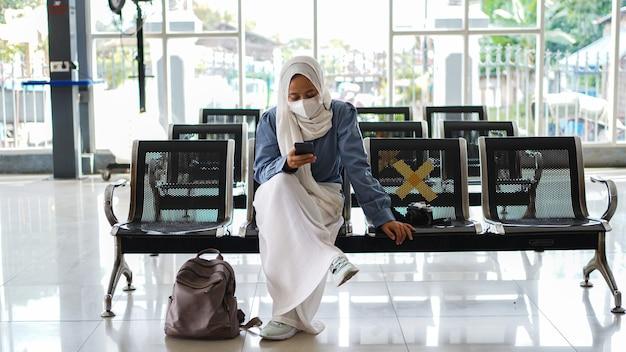 Las mujeres asiáticas están cansadas de esperar en la estación
