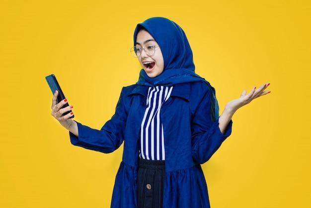 Mujeres asiáticas felices y conmocionadas ven teléfono