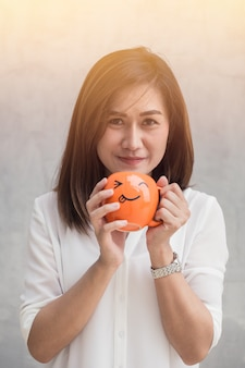 Las mujeres asiáticas felices disfrutan del café de consumición feliz de la taza del control de la mano