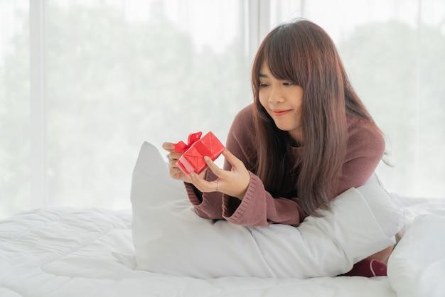 Mujeres asiáticas felices de recibir una caja de regalo