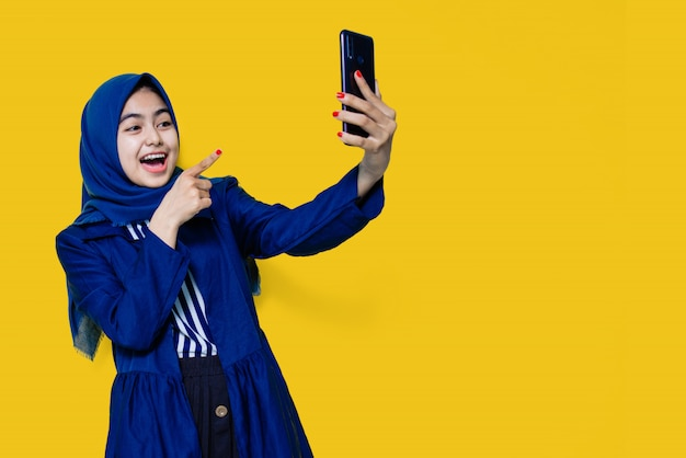 Mujeres asiáticas felices ver teléfonos