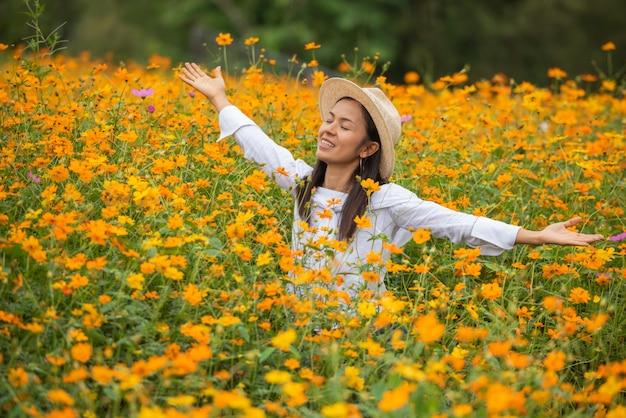 Mujeres asiáticas en granja de flores amarillas