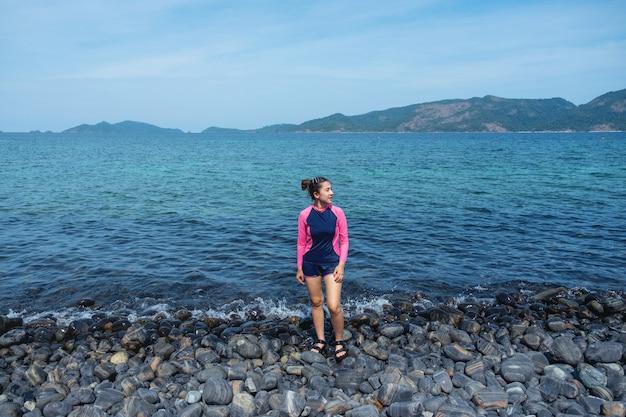 Mujeres asiáticas relajantes en vacaciones de verano en la playa de la isla de lipe, tailandia