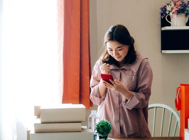Mujeres asiáticas con su vendedor en línea de trabajo freelance.