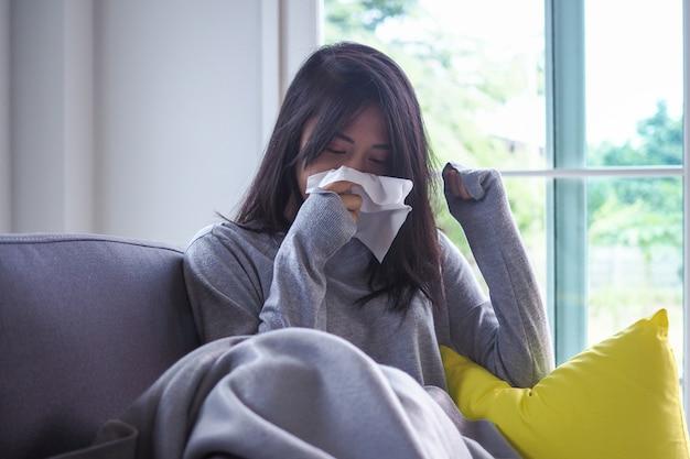 Las mujeres asiáticas tienen fiebre alta y secreción nasal. enfermo