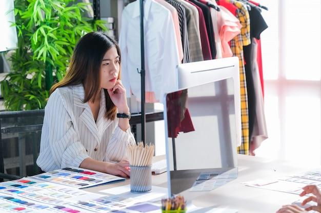 Las mujeres asiáticas en el trabajo son diseñadores de moda y sastres