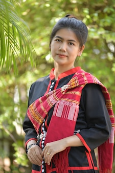 Mujeres asiáticas en traje de phutai y fondo verde