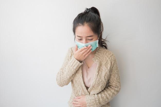 Las mujeres asiáticas usan máscaras de salud para prevenir los gérmenes y el polvo. pensamientos sobre el cuidado de la salud.