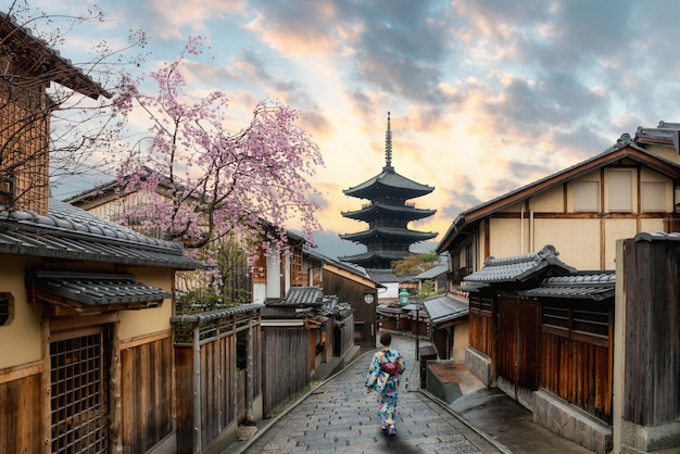 Mujeres asiáticas vistiendo kimono japonés tradicional en la pagoda yasaka en kioto, japón