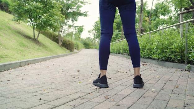 Mujeres atletas asiáticas jóvenes hermosas saludables en ropa deportiva piernas