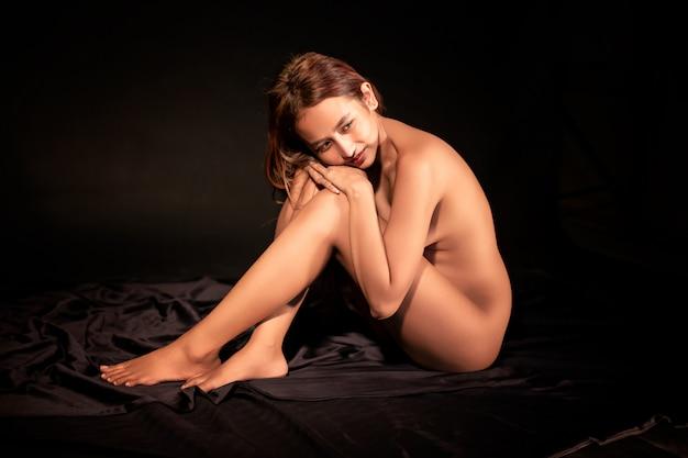 Las mujeres atractivas que no usan ropa interior están posando en el estudio.