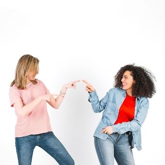 Mujeres bailando y apuntando el uno al otro