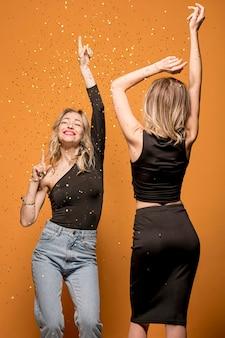 Mujeres bailando en brillo