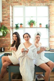 Mujeres con bata de baño y toalla