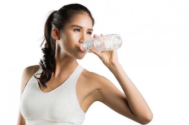 Las mujeres beben agua después del ejercicio.