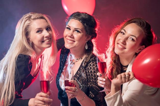 Mujeres con bebidas en fiesta