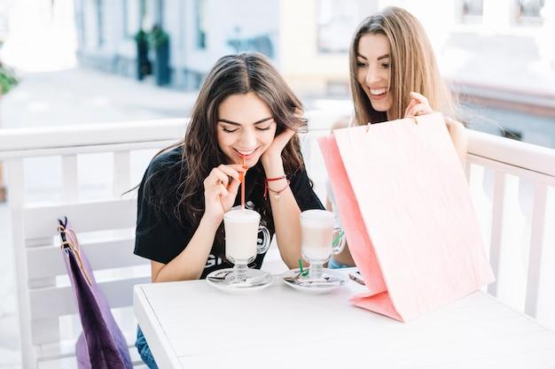 Mujeres bebiendo batidos en café