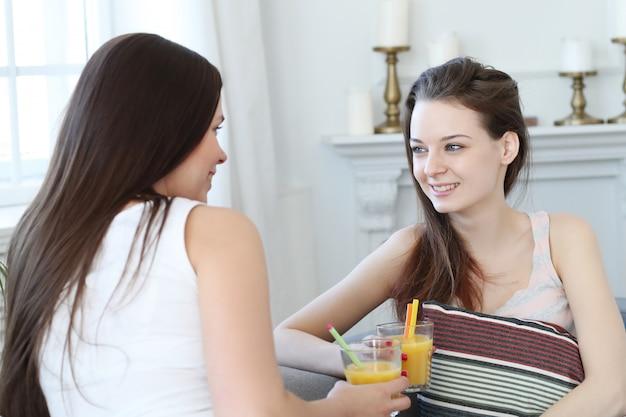 Mujeres bebiendo cócteles y hablando