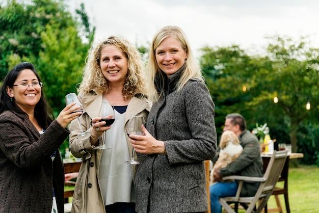 Mujeres bebiendo vino juntas