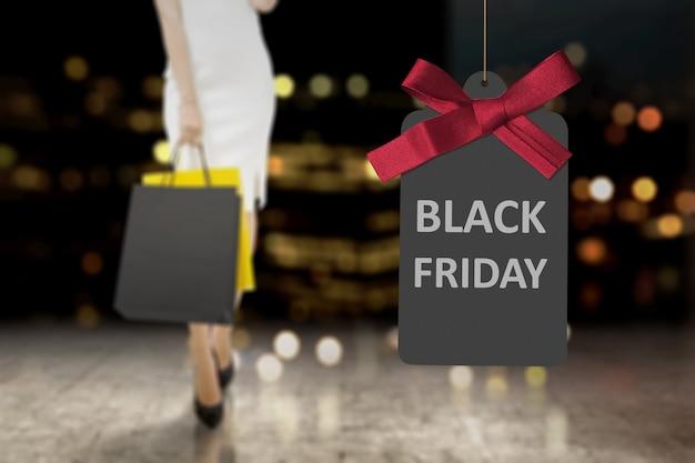 Mujeres con bolsa de compras y promoción black friday.