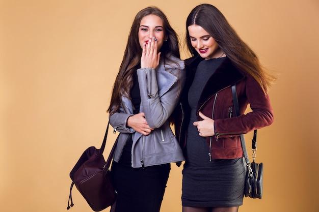 Mujeres bonitas glamorosas posando y vistiendo chaquetas de invierno casuales