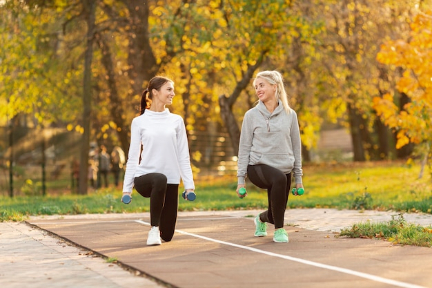 Mujeres bonitas haciendo ejercicios de estiramiento