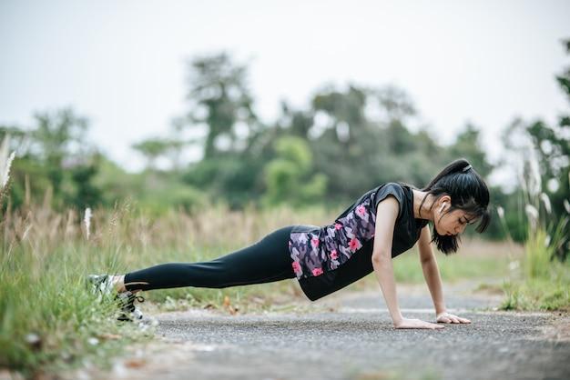 Las mujeres se calientan antes y después de hacer ejercicio.