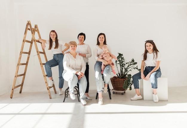 Mujeres en camisas blancas y vista frontal del bebé
