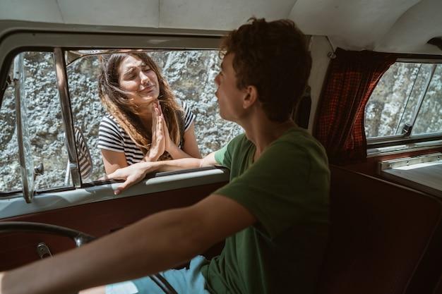 Mujeres caucásicas hipster haciendo autostop pidiendo ayuda