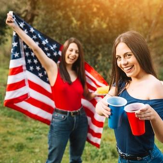 Mujeres celebrando el 4 de julio