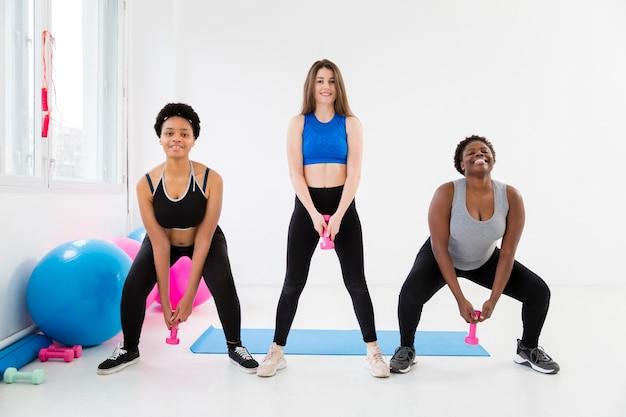 Mujeres en clase de gimnasia trabajando