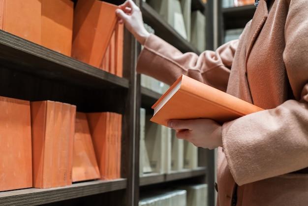 Mujeres clientes leyendo en la biblioteca