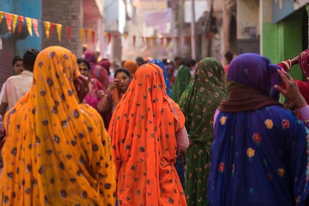 Mujeres en coloridos saris en el pueblo de agra, india.