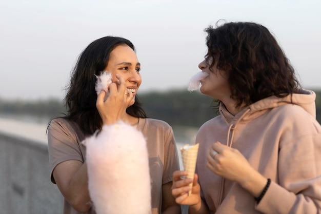 Mujeres comiendo algodón de azúcar