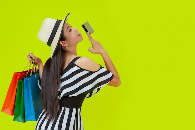 Mujeres comprando con bolsas de compra y tarjetas de crédito