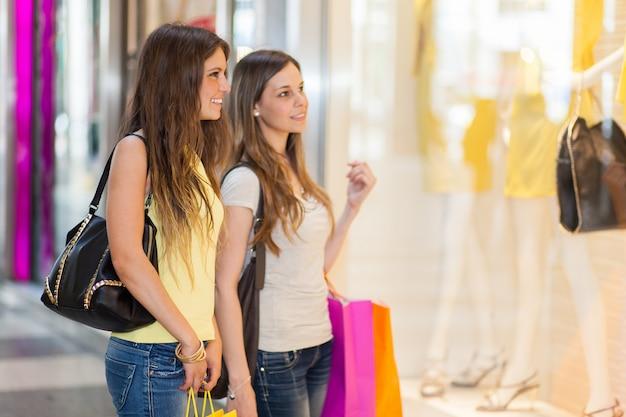 Mujeres comprando en la ciudad.