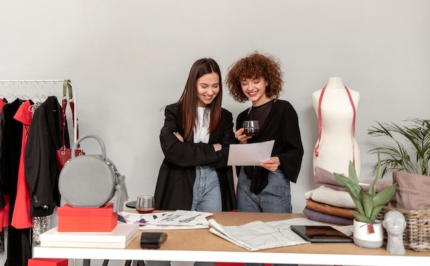 Mujeres comprando ropa